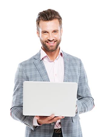 uśmiechnięty mężczyzna trzymający laptopa